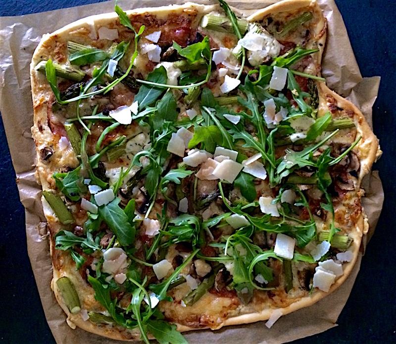 Italienische Pizza mit grünem Spargel