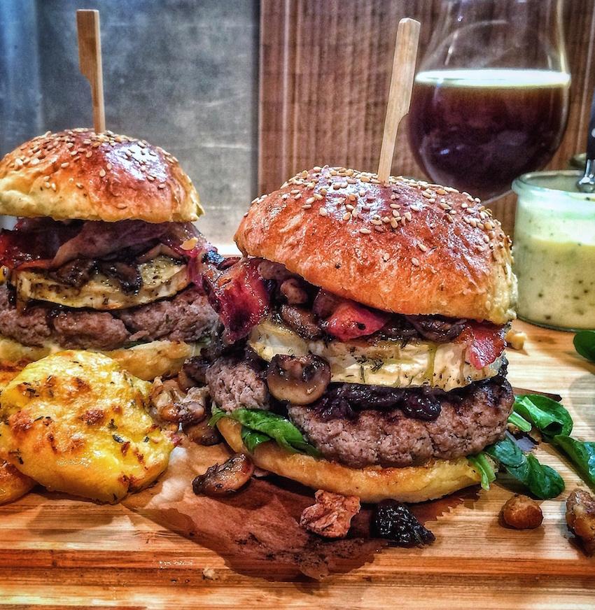 Der perfekte Winterburger mit Honig-Senf-Mayo, Honig-Bacon, Balsamico-Cranberry-Zwiebeln, scharfen Honig-Nüsse, Knoblauch-Pilzen und gratiniertem Ziegenkäse - Ein Häppchen Liebe